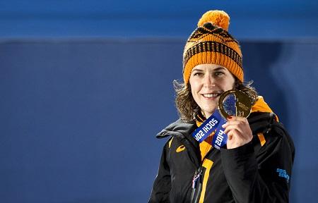 Ireen Wüst met de gouden medaille op de 3000 meter in Sochi (PRO SHOTS/ANP)