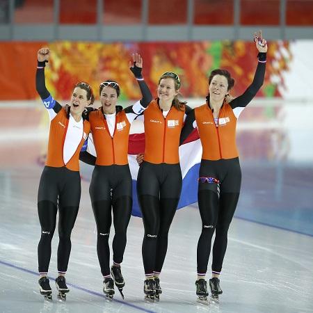 De Nederlandse dames zijn dolblij met de gouden medaille bij de achtervolging (PRO SHOTS/Henk Jan Dijks)