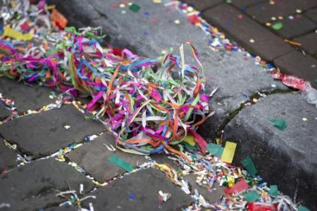 Auto rijdt bewust in op carnavalsvierders