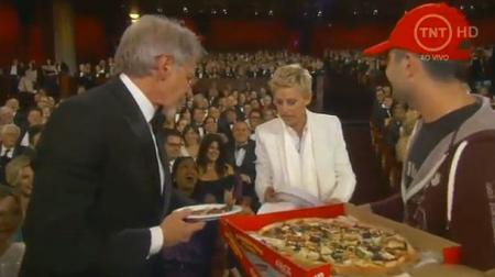 Ellen deelt ondertussen een paar pizza's uit