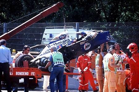 Tijdens de Grand Prix van Italië in Imola in 1994 treft het noodlot Ayrton Senna. Bij het insturen van de Tamburello-bocht verloor Senna de controle over zijn bolide nadat hij met bodemplaat van de wagen een hobbeltje op het asfalt raakte. Doordat er nauwelijks ruimte was voor een uitloopstrook kwam de Williams van Senna op topsnelheid in aanraking met de muur. De crash werd Senna fataal. Hier zie je het wrak van de Williams (PRO SHOTS/GEPA)