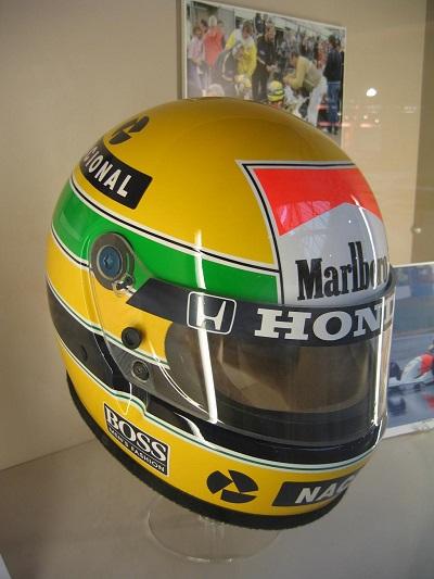 Ayrton Senna had een zeer herkenbare helm. Over zijn helm schreven we in een eerdere specials over diverse helmen het volgende: De gele racehelm is voorzien van een groene streep boven het vizier en een blauwe die onder het vizier doorloopt. Het zijn de drie belangrijkste kleuren van Braziliaanse vlag. Daarnaast hebben alle kleuren volgens ontwerper Sid Mosca een aparte betekenis. Zo staan de groene en blauwe streep voor beweging en agressie en het grote gele vlak voor jeugdigheid (WikiCommons)