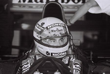 Ayrton Senna zou voor altijd de geschiedenisboeken in gaan als een van de beste en succesvolste coureurs aller tijden (WikiCommons/StuSeeger)