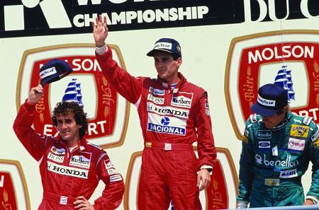Bij McLaren werd hij teamgenoot van Alain Prost (links naast Senna op het podium). De jaren die volgenden zouden in het teken staan van de hevige rivaliteit tussen de twee. Die tweestrijd zette zich voort toen Prost in 1990 naar Ferrari vertrok (WikiCommons/Angelo Orsi)