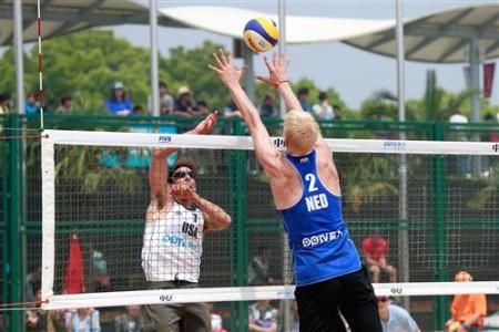 Van Dorsten met een block op een bal van Lucena (Foto: FIVB)