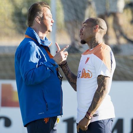 Louis van Gaal en Nigel de Jong zijn druk met elkaar in gesprek. Maar wat zeggen beide heren tegen elkaar? (PRO SHOTS/Jasper Ruhe)