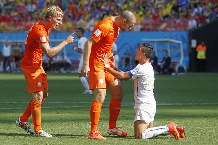 Ron Vlaar en Dirk Kuijt hebben het aan de stok met Alexis Sanchez tijdens de wedstrijd Nederland - Chili. Wat is hier gaande? (PRO SHOTS/Stanley Gontha)