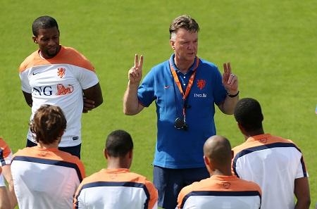 Louis van Gaal is de spelers van het Nederlands elftal iets aan het uitleggen. Maar wat probeert hij de jongens hier duidelijk te maken? (PRO SHOTS/Action Images)