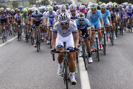 Ji Cheng op kop van het Giropeloton in 2013. Hij wordt de eerste Chinees in de Tour (PRO SHOTS/Citypress24)