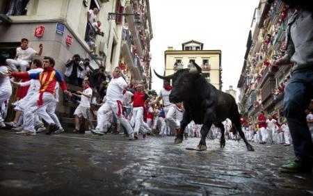 Man neemt'selfie' bij stierenrennen Pamplona