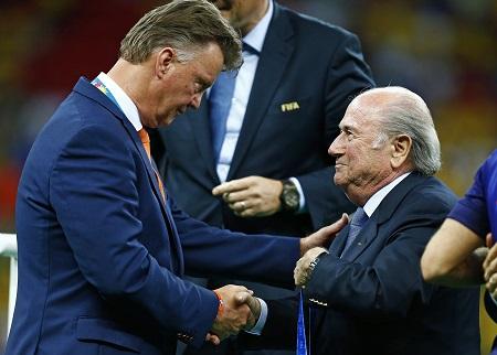 Na de wedstrijd om de derde plaats op het WK-voetbal overhandigde Sepp Blatter de bronzen medaille aan Louis van Gaal. Wat zeggen de twee mannen hier tegen elkaar? (PRO SHOTS/Action Images)