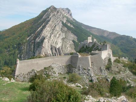 Een van de indrukwekkende muren van de Citadel van Sisteron (Foto: WikiCommons/Régis Martel)
