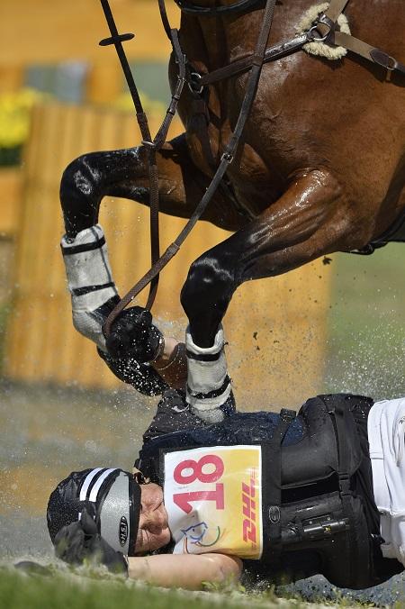 Lucy Jackson kwam tijdens het CHIO van Aken onder haar paard Willy Do terecht. Wat zou een goed onderschrift voor deze foto zijn? (PRO SHOTS/Dppi)