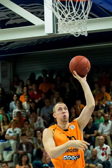 Ralf de Pagter op weg naar twee van zijn vier gemaakte punten (PRO SHOTS/Kay in 't Veen)