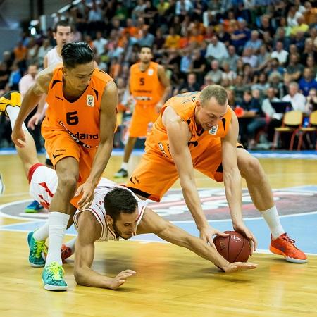 Worthy de Jong (links) en Ralf de Pagter (rechts) in gevecht met de Montenegrijn Vladimir Mihalovic (PRO SHOTS/Kay in 't Veen)