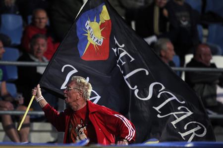 Jomanda in actie met de vlag. (PRO SHOTS/Jasper Ruhe)