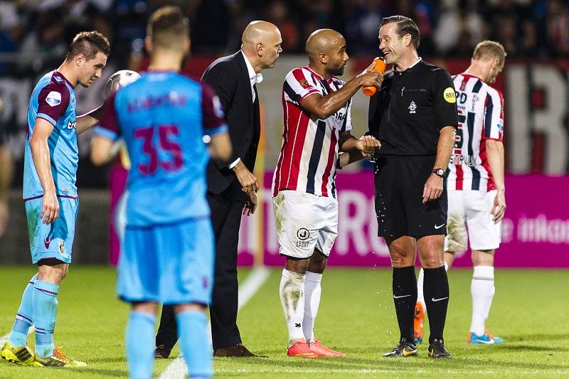 Tijdens de wedstrijd Willem II - Vitesse biedt Willem II-speler Samuel Armenteros scheidsrechter Pieter Vink wat te drinken aan. Wat zou een goed onderschrift zijn voor deze foto? (PRO SHOTS/Toin Damen)