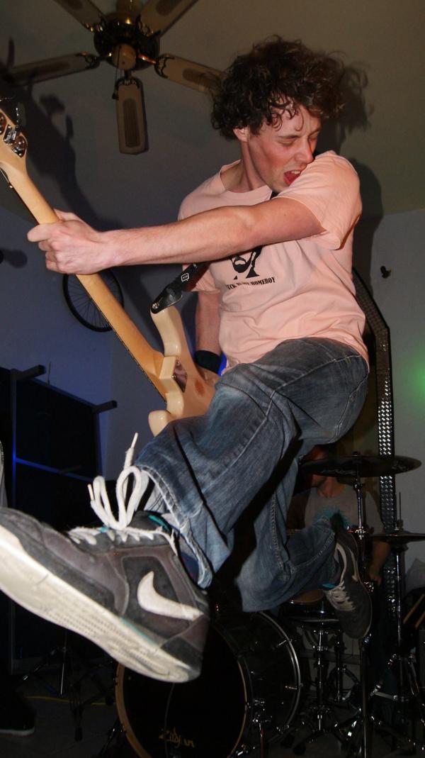 Pieter tijdens een optreden in België