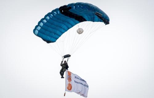 Brandweer VS redt parachutist van tv-toren