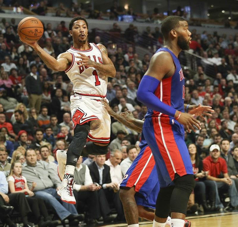 We kwamen deze foto uit de NBA tegen, Chicago Bulls-guard Derrick Rose en Detroit Pistons-forward Greg Monroe zorgen voor dit opmerkelijke plaatje. Wat is hier gaande? (PRO SHOTS/Zuma Sports Wire)