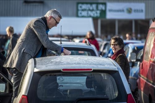 Drive-in dienst trekt 1000 gelovigen