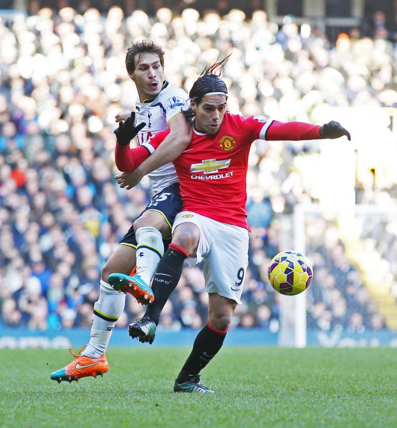 Benjamin Stambouli (Tottenham) in actie met Radamel Falcao (Man. United). (PRO SHOTS/Action Images)