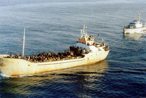 Bemanningsloze migrantenboot voor kust Italië
