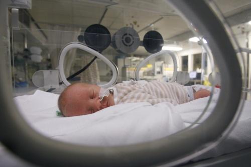 Te vroeg geboren baby kost Brits stel fortuin