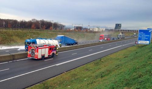 Tankwagen lekt zoutzuur na aanrijding op A73