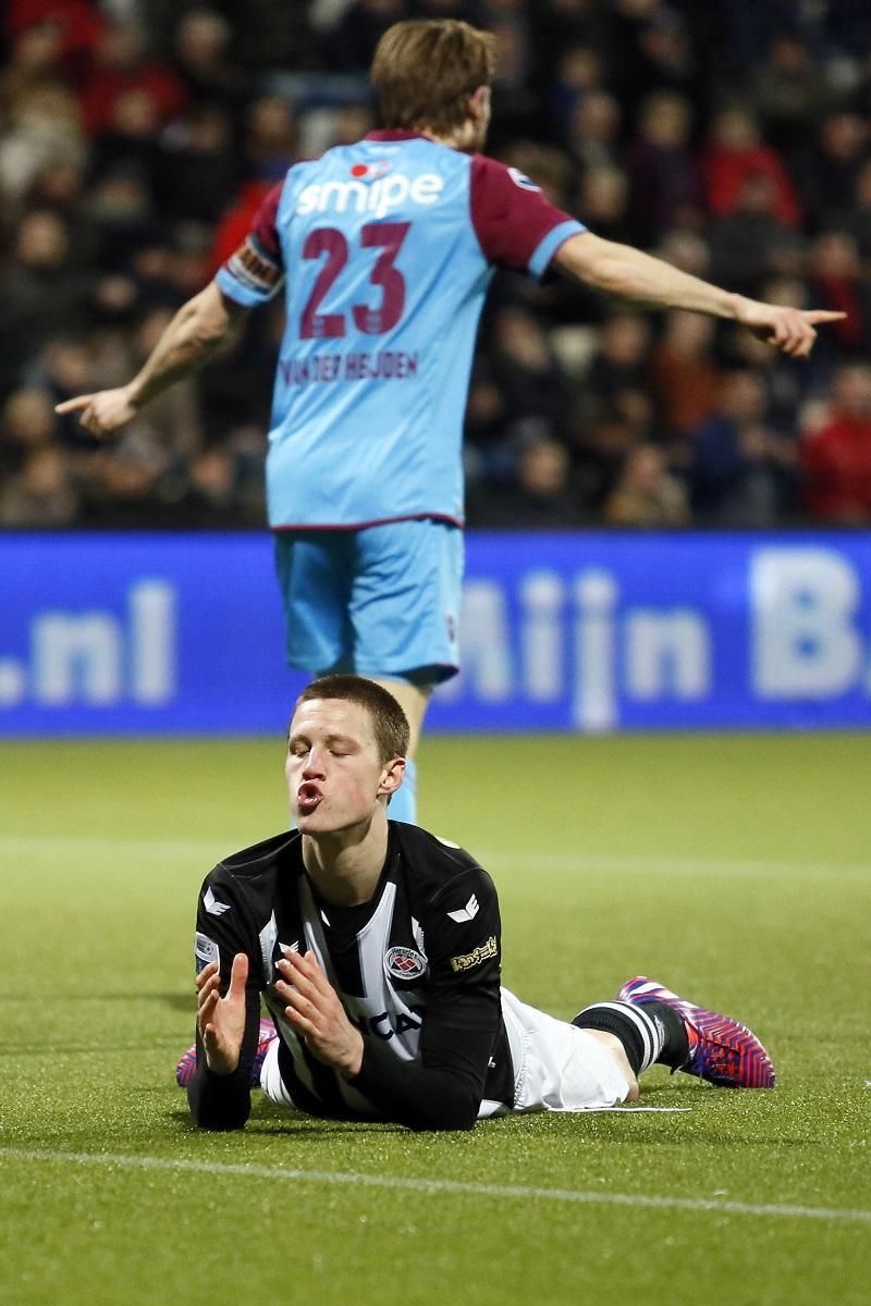 Tijdens de wedstrijd tussen Heracles Almelo en Vitesse zagen we dit opmerkelijke moment van Heracles-speler Wout Weghorst. Wat zou een goed onderschrift zijn bij deze foto? {PRO SHOTS/Menno Ringnalda)