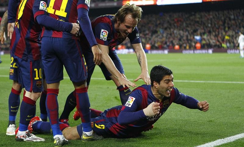 FC Barcelona-speler Luis Suárez viert op deze manier zijn doelpunt tegen Real Madrid, wat zou een goed onderschrift zijn bij deze foto? (PRO SHOTS/Marca)