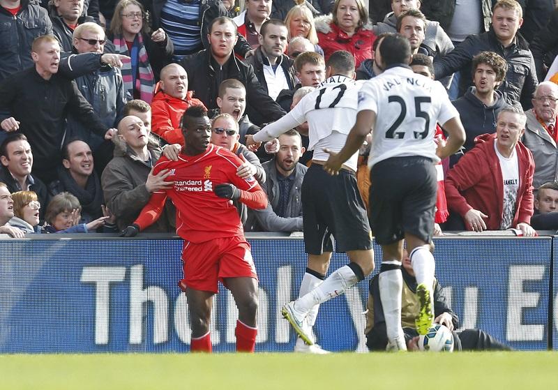 Fans weerhouden Mario Balotelli van een woedeaanval op Chris Smalling (PRO SHOTS/Action Images)