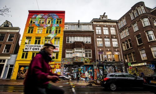Brandende barricades in Spuistraat Amsterdam