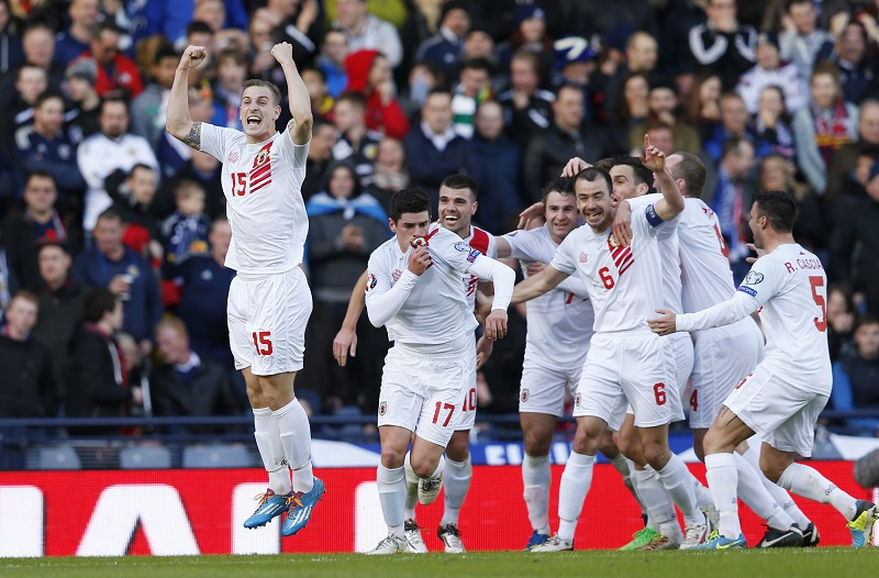 De spelers van Gibraltar vieren hun eerste doelpunt (PRO SHOTS/Actionimages)