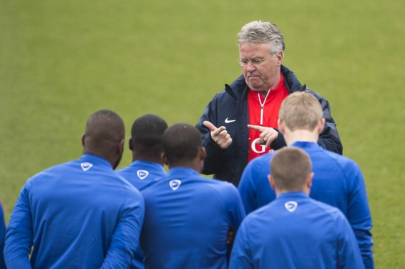 Wat probeert Guus Hiddink hier duidelijk te maken aan de selectie van het Nederlands elftal? (PRO SHOTS/Jasper Ruhe)