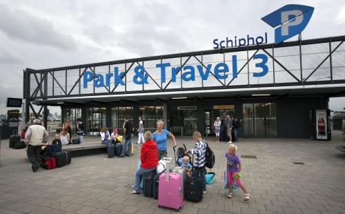 Storm beschadigt auto's op Schiphol