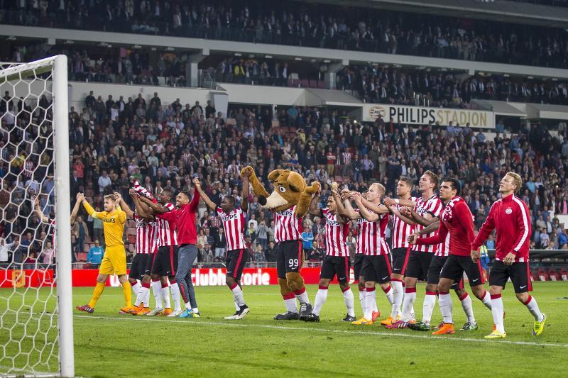 PSV viert feest na de wedstrijd. (PRO SHOTS/Joep Leenen)