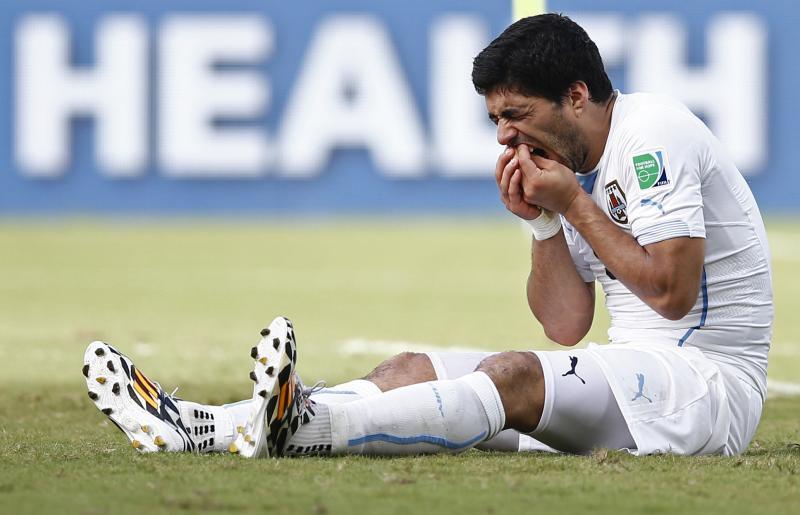 Suárez voelt na het bijten van Chiellini even aan zijn gebit (Pro Shots/Action Images)