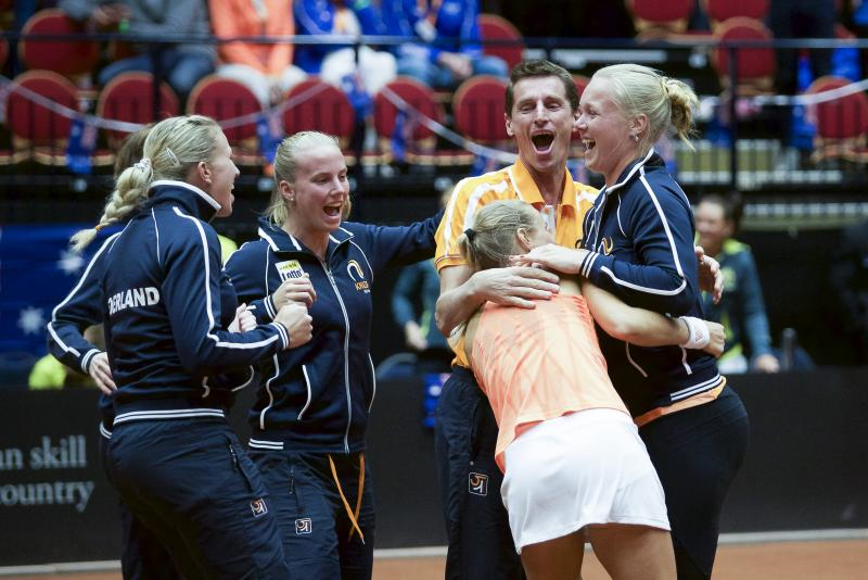 Feestende Fed Cupdames. Nederland na zeventien jaar in Wereldgroep I. (PRO SHOTS/Menno Ringlanda)