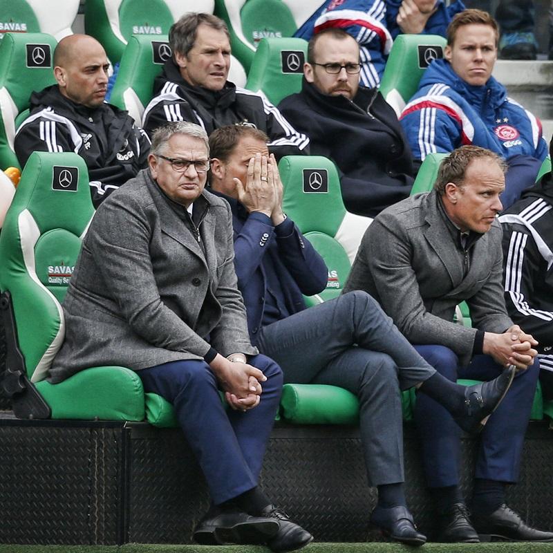 We kwamen deze foto van de gezellige Ajax-bank tijdens de wedstrijd tegen PEC Zwolle tegen, wat zou een goed onderschrift zijn bij deze foto? (PRO SHOTS/Stanley Gontha)