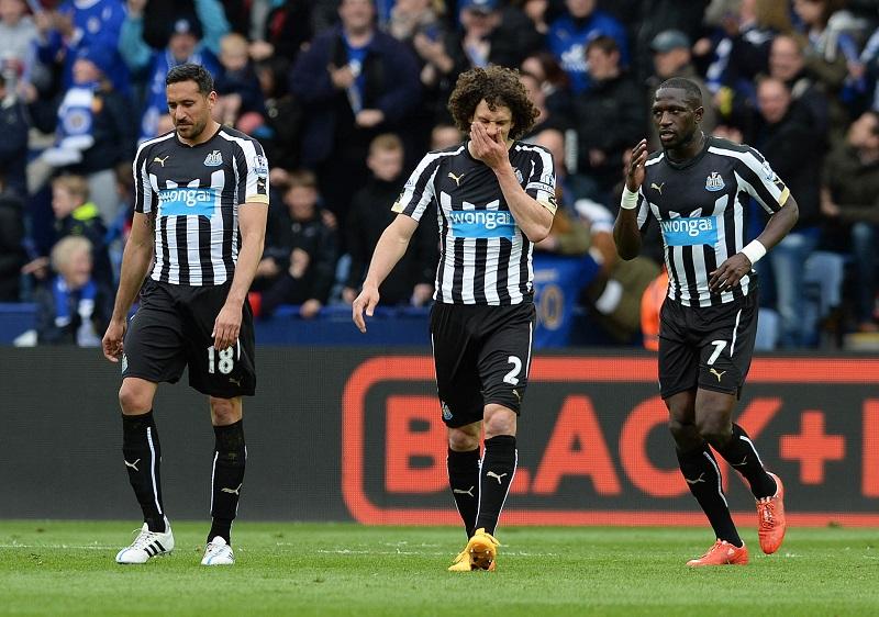 Newcastle United-spelers Jonas Gutierrez, Fabricio Coloccini en Moussa Sissoko na de verloren wedstrijd tegen Leicester afgelopen weekend (PRO SHOTS/Action Images via Reuters)