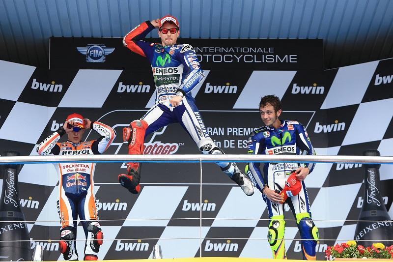 Jorge Lorenzo is zo te zien erg blij met winnen van de MotoGP wedstrijd op het circuit van Jerez, wat zou een goed onderschrift zijn bij deze foto? (PRO SHOTS/Zuma Sports Wire)