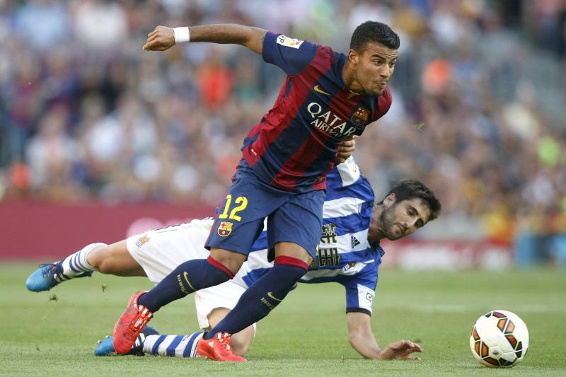 Rafinha Alcantara (Barcelona) in duel met Mikel Bergara (Real Sociedad). (PRO SHOTS/Bagu Blanco)