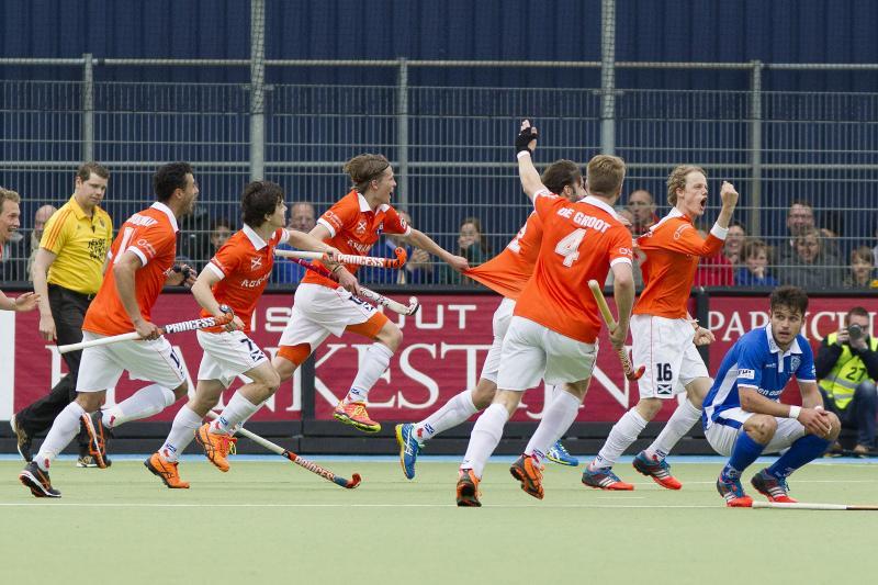 Tim Jenniskens (r) met gebalde vuist scoort de golden goal. (PRO SHOTS/Willem Vernes)