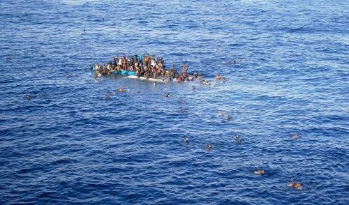 Italië haalt bijna duizend migranten van zee