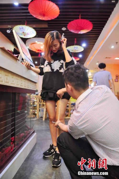 Hoe korter de rok, hoe korter de rekening (Foto: People's Daily)