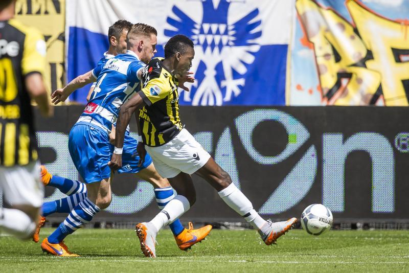 Van der Werff (l, PEC Zwolle) in duel met Ibarra van Vitesse. (PRO SHOTS/Joep Leenen)