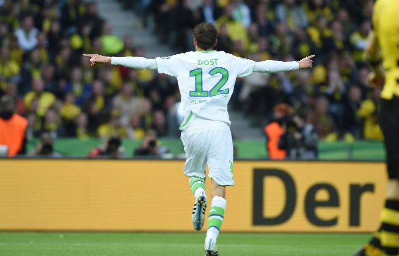 Bas Dost juicht na zijn treffer tegen Dortmund. (PRO SHOTS/Witters)