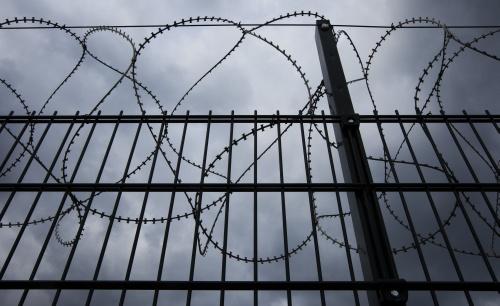 Gevangene ontsnapt door naar buiten te lopen
