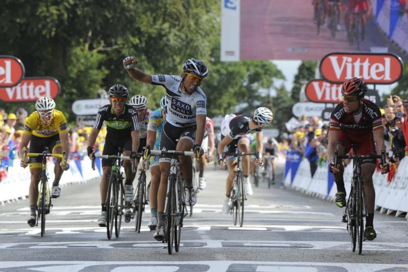In 2011 dacht Contador (m) te hebben gewonnen, maar hij werd afgetroefd door Evans (r) (Pro Shots/Dppi)